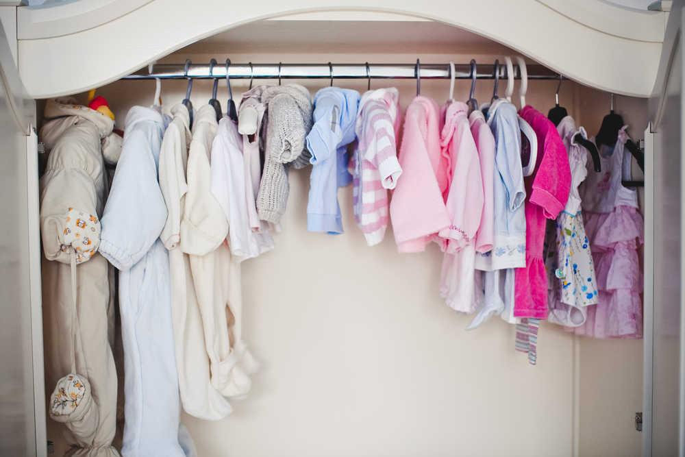 Guía práctica para organizar el armario de tu bebé